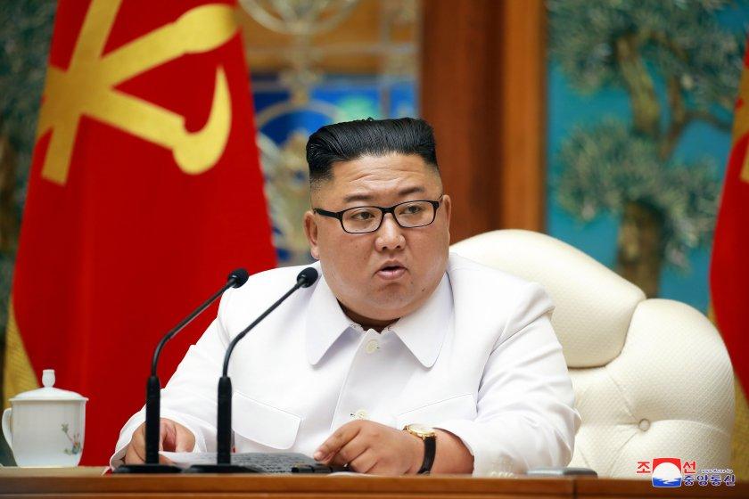 Северна Корея строи две нови подводници, едната изстрелва балистични ракети
