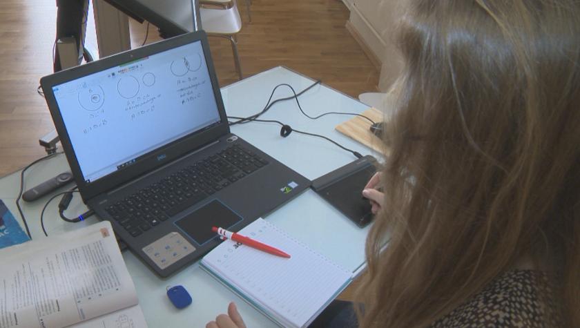Четвърти и пети класове от 16 училища в Бургас минават на онлайн обучение