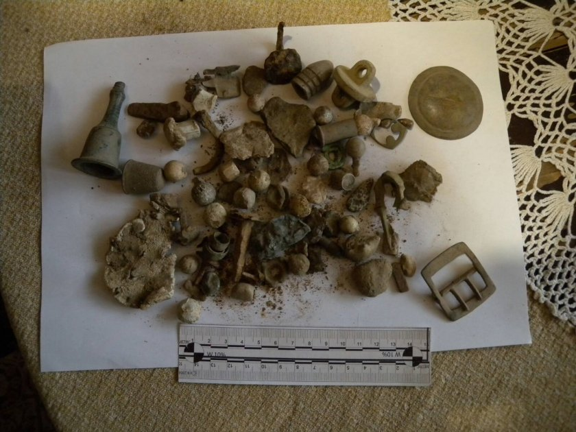 Откриха множество монети, оръжие и ценни предмети в частен дом в Казанлък
