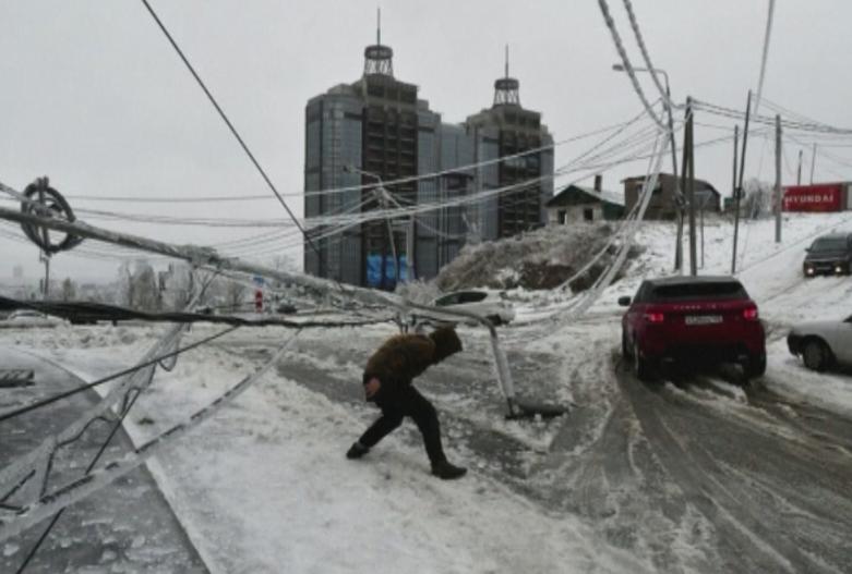 Леден дъжд и силен снеговалеж блокираха Източна Русия