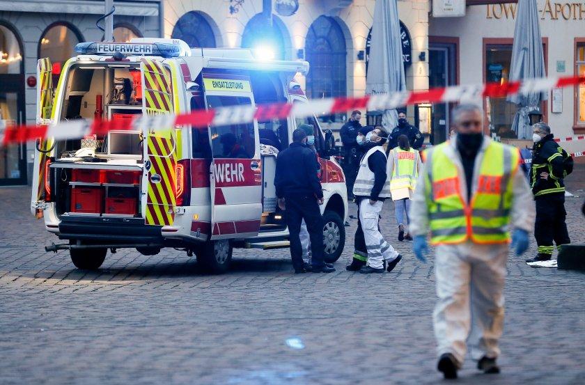 Кола се вряза в пешеходци в Германия, има жертви (Снимки)