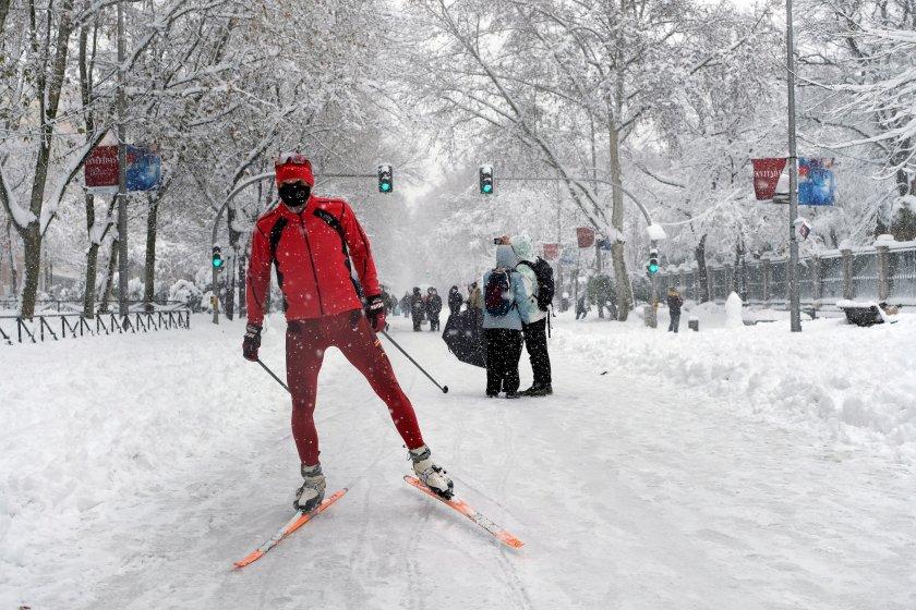 снежен капан парализира мадрид испанци извадиха ските снимки