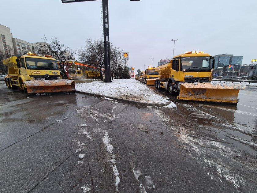 Обработват срещу заледяване столични квартали и пътищата за Владая и Мърчаево