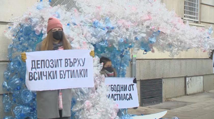 Протестна инсталация от 2000 пластмасови бутилки пред МОСВ
