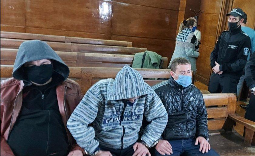 тримата подкупни полицаи сливо поле остават ареста