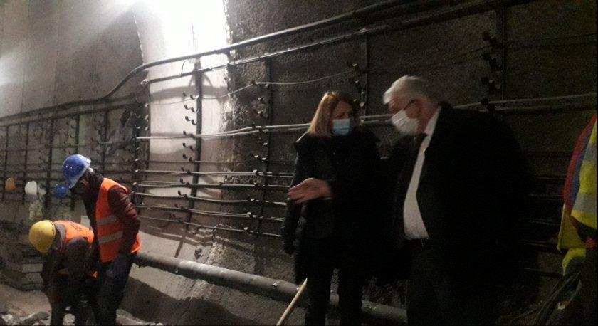 започна демонтиране релсите затворения участък метрото