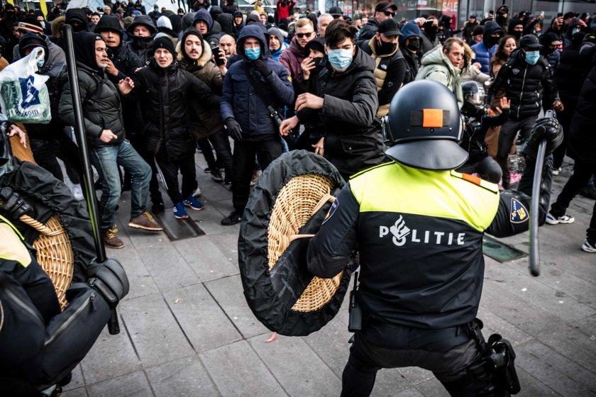 сблъсъци нидерландия полицията използва сила протестиращи вечерния час