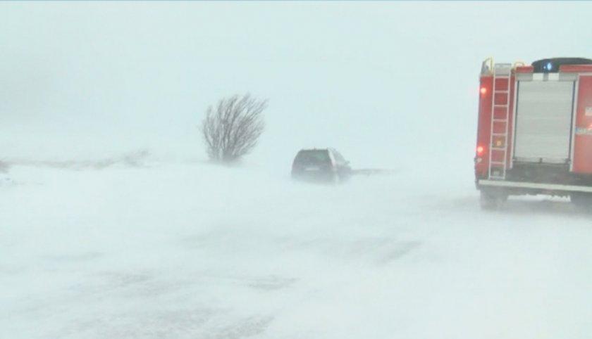 усложнена зимна обстановка страната затворени пътища села без ток