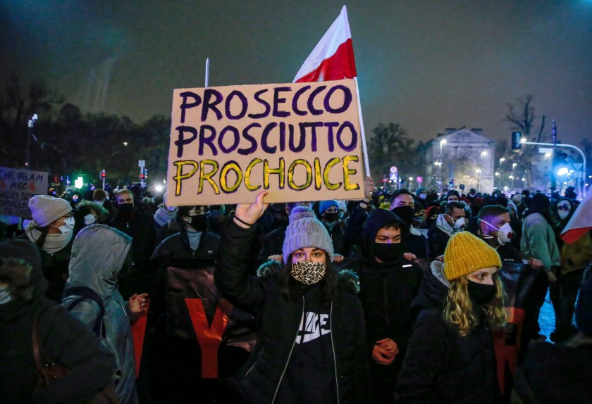Поредни протести срещу забраната за аборти в Полша, има задържани