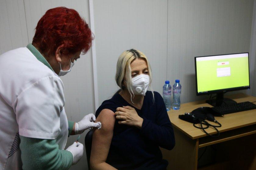 Над 5000 са учителите, които желаят да се ваксинират