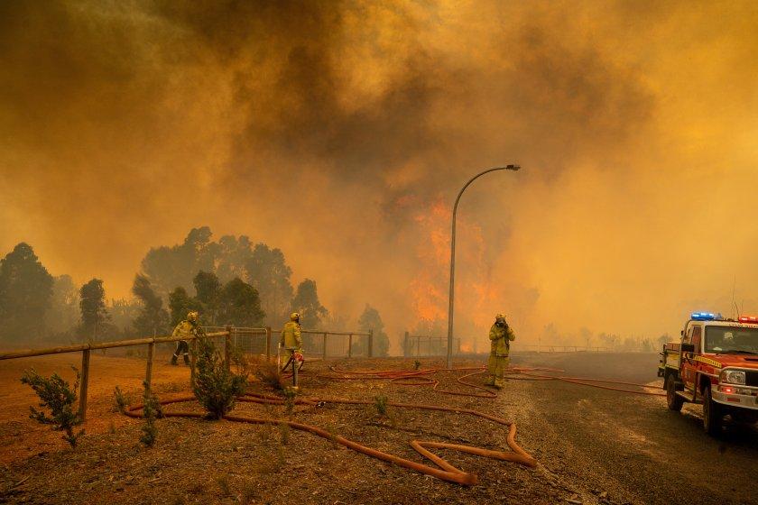 силен вятър разгаря горския пожар австралия опасността хората остава