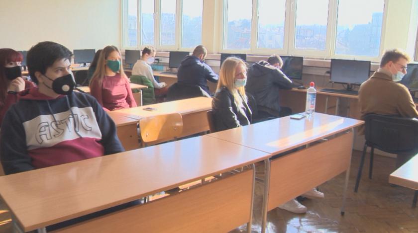 170 000 ученици и 30 000 учители се върнаха присъствено в клас