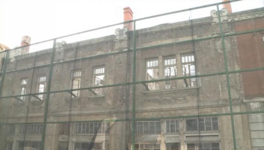 Опасна сграда се руши в Русе