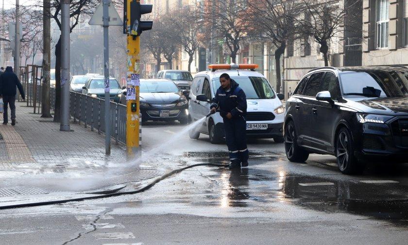 екипа извършват миене столичните улици