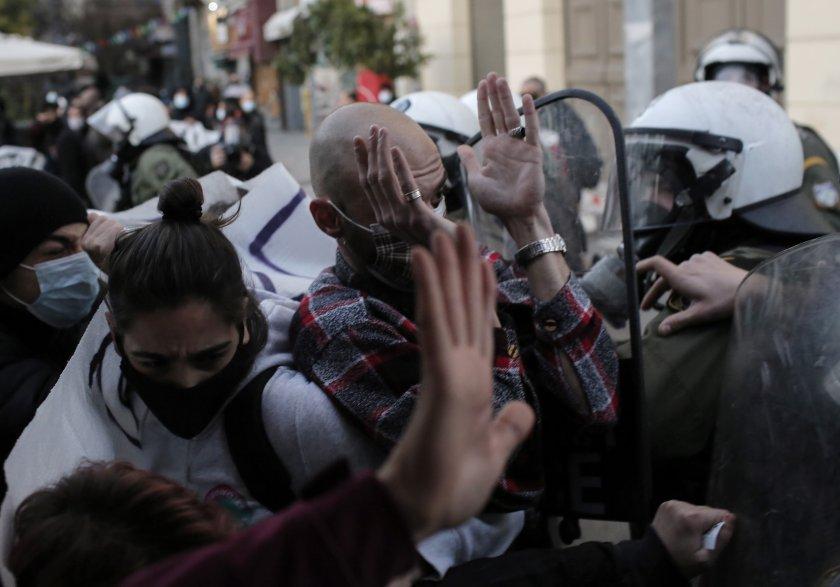 обвиняват гръцкото правителство полицейско насилие журналисти
