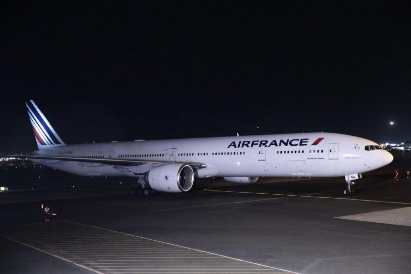 самолет еър франс кацна аварийно летище софия заради буйстващ пътник