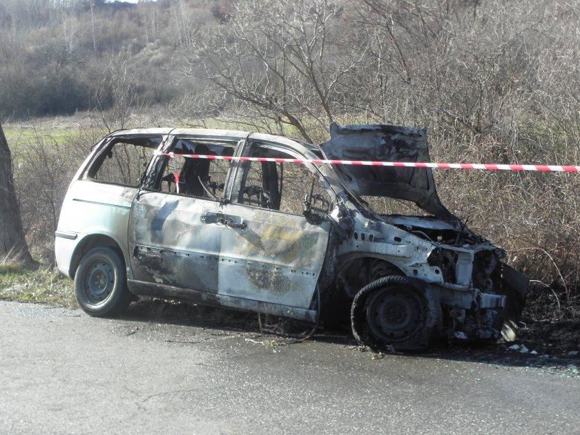 мъж опасност живота колата заби дърво изгоря
