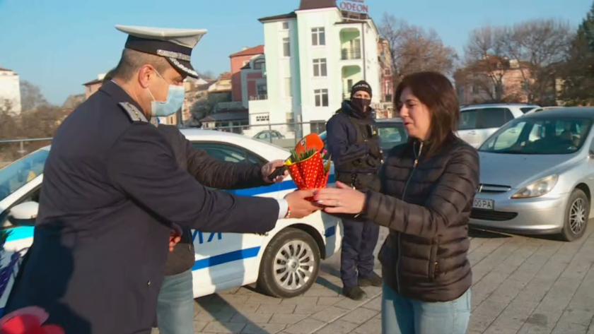 полицията пловдив подарява цвете жените шофьори