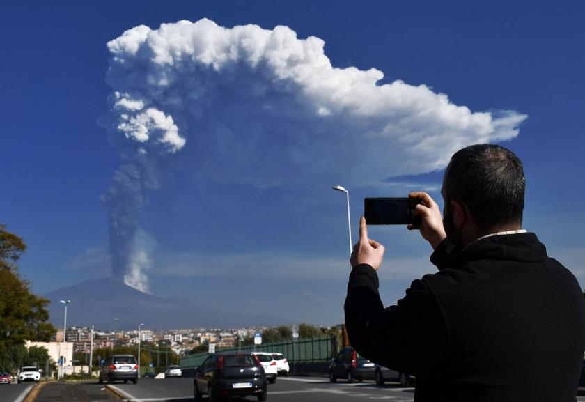 Етна продължава да изригва