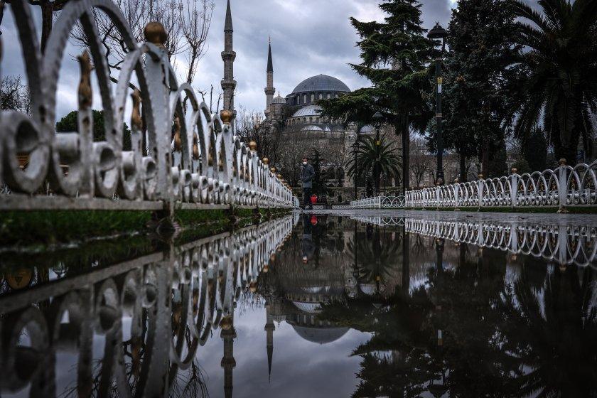Рекорден срив на турската лира, след като президентът Ердоган изненадващо