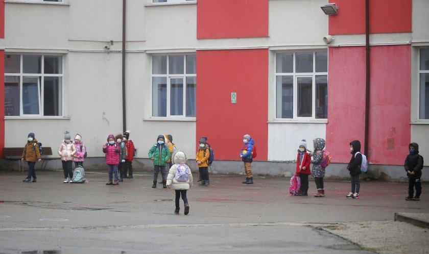 Правителството в Румъния обмисля промяна на учебните срокове заради растящия