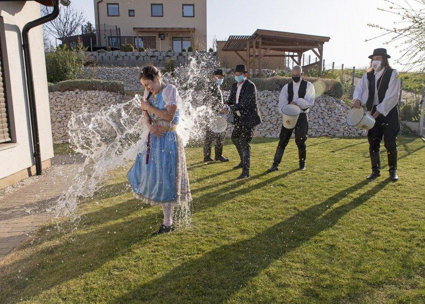 """Поливане"" или ""напръскване"" - една нетрадиционна великденска традиция в Унгария."