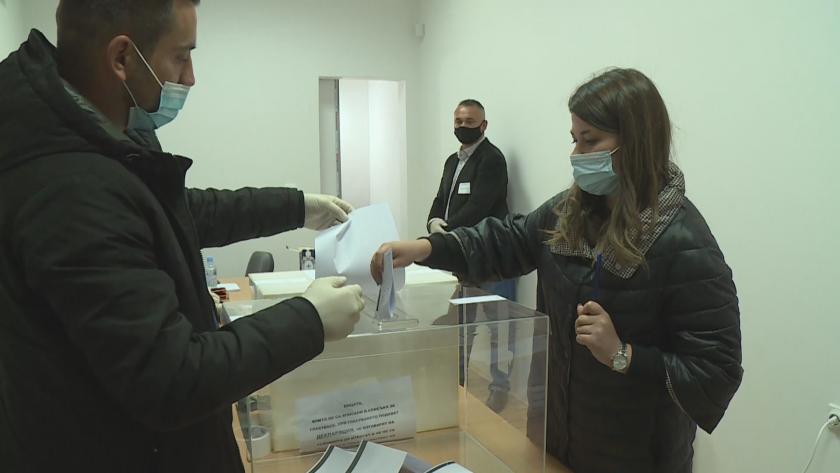 Българите в Република Северна Македония гласуват - висока избирателна активност в Охрид