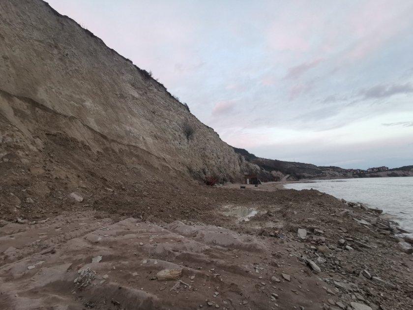 Багер разкопава скалите на плаж Кибела под каварненското село Топола,