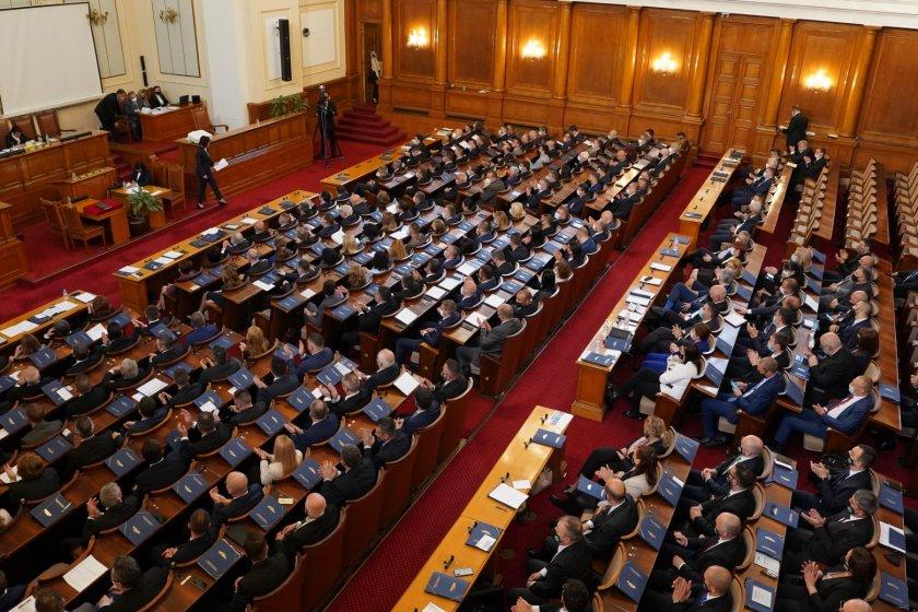 Председателят на първото официално заседание на парламента Мика Зайкова съобщи