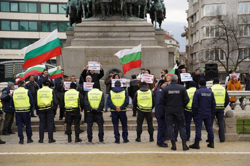 Първото заседание на новия парламент беше съпроводено от протест пред