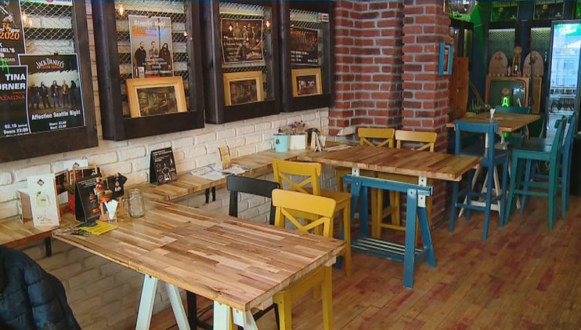 От днес ресторантите работят вече и в закритите си части
