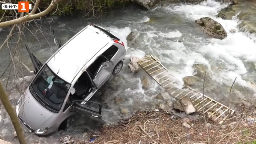 кола излетя пътя падна лева враца