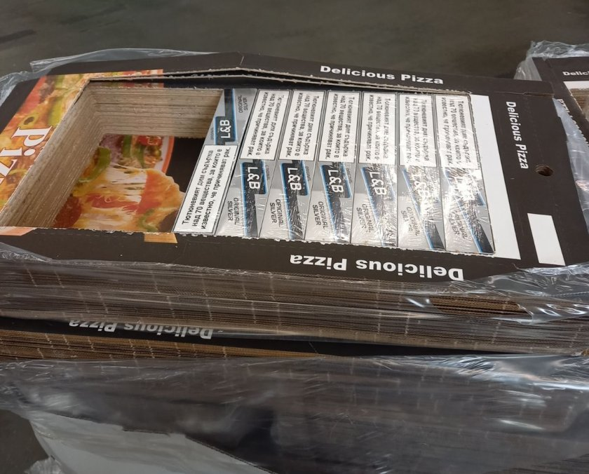 Задържаха над 67 000 къса цигари, скрити в кутии за пица