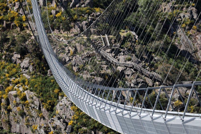 Най-дългият висящ пешеходен мост в света е отворен за масово