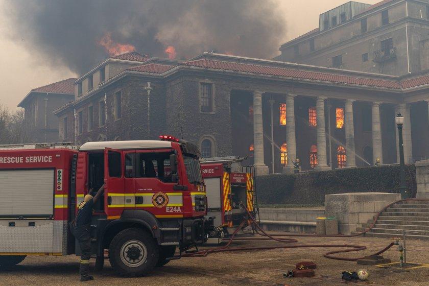 Горски пожар достигна до кампус на университета в града. Стотици