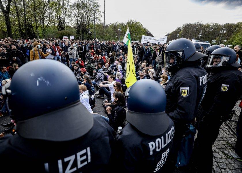 Полицията използва сълзотворен газ срещу протестиращи в Берлин. Недоволството е