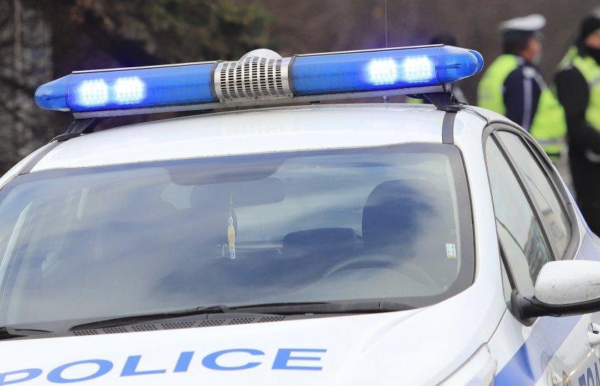 въоръжен мъж барикадира дома застреля човек