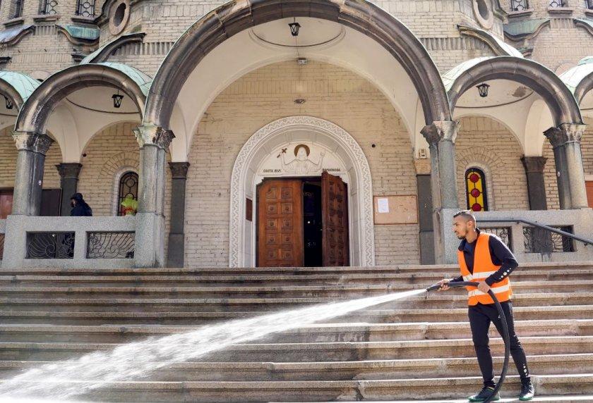 От днес започва поетапно миене на християнските храмове. Това е