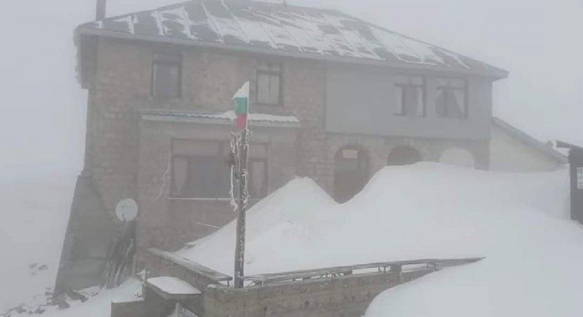 Продължават обилните валежи от сняг на надморска височина над 1400