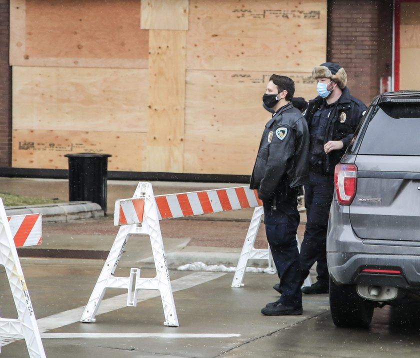 мъж застреля двама души уисконсин полицията ликвидира