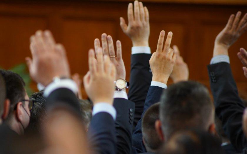 В този час започва работата на Народното събрание. Като първа