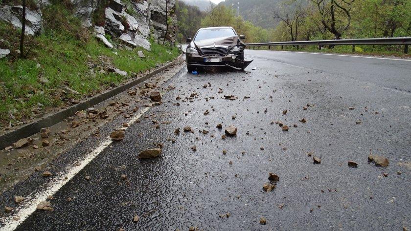 Катастрофа затруднява движението по главен път Е-79 в района на