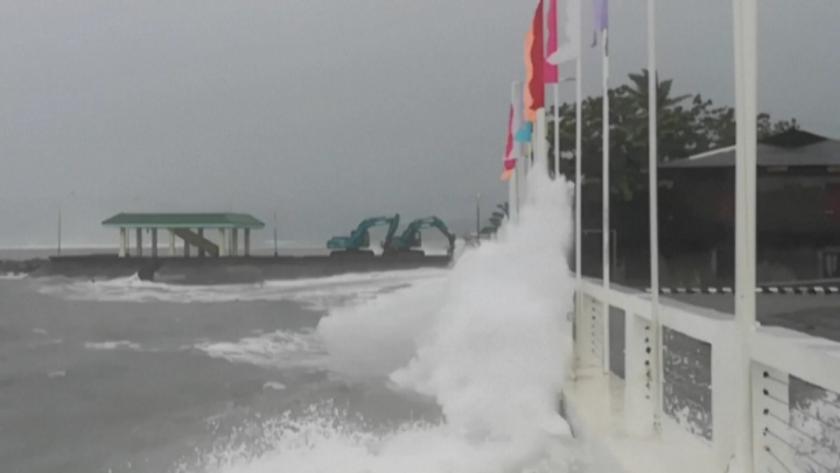 тайфунът суригае връхлетя филипините предизвика силни вълни