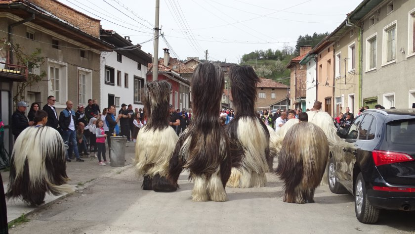 Кукери изгониха злото на Великден от разложкото село Елешница.По традиция