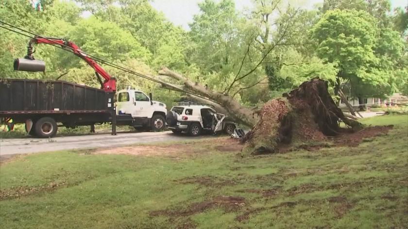 Един човек загина, а десетки са ранени при мощно торнадо,