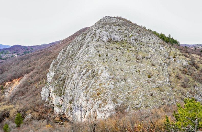 Гребен планина се намира на около 70 км от София,