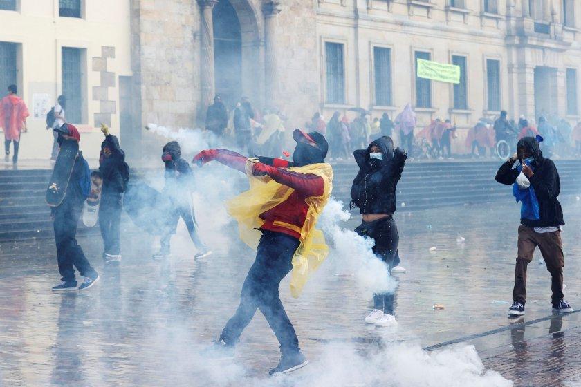 души загинаха повече 800 ранени сблъсъци колумбия