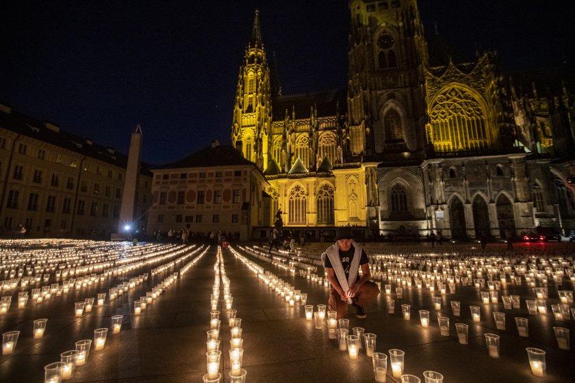 В Чехия почетоха паметта на жертвите на COVID-19 в страната.Близо