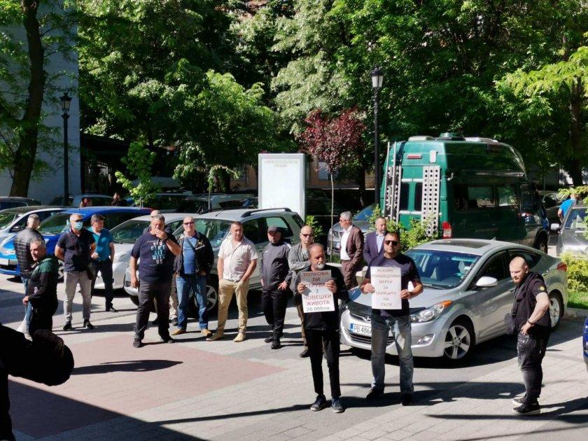 Протест срещу решение на Апелативния съд в Пловдив: пред сградата