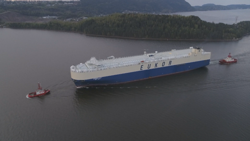 Зрелищна маневра на един от най-големите кораби в света беше